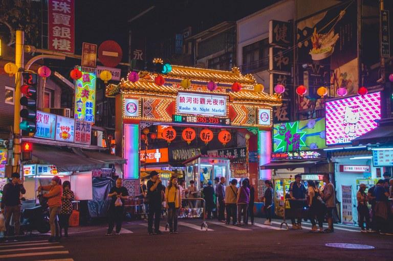 Raohe St. Night Market-Photo-Vernon-Raineil-unsplash.jpg