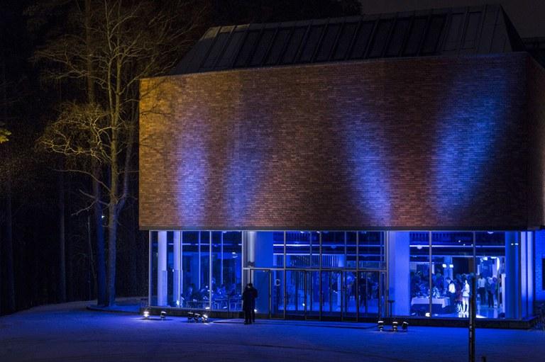 c-rakennus pimeällä Iida Liimatainen.jpg