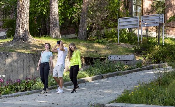 kampuksella kävelemässä Iida Liimatainen.jpg