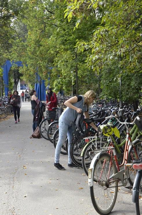 jyu kuvapankki marja keränen kampus pyörät syksyllä.JPG