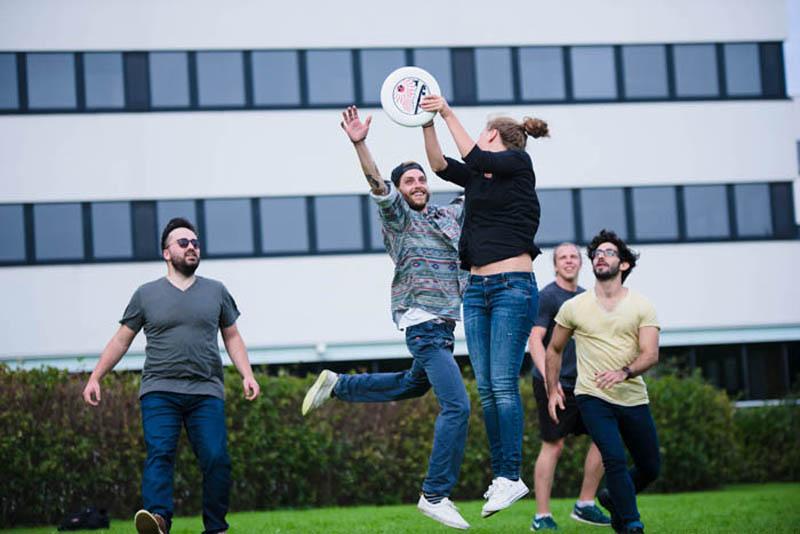 opiskelijat urheilee ulkona nitroid.jpg