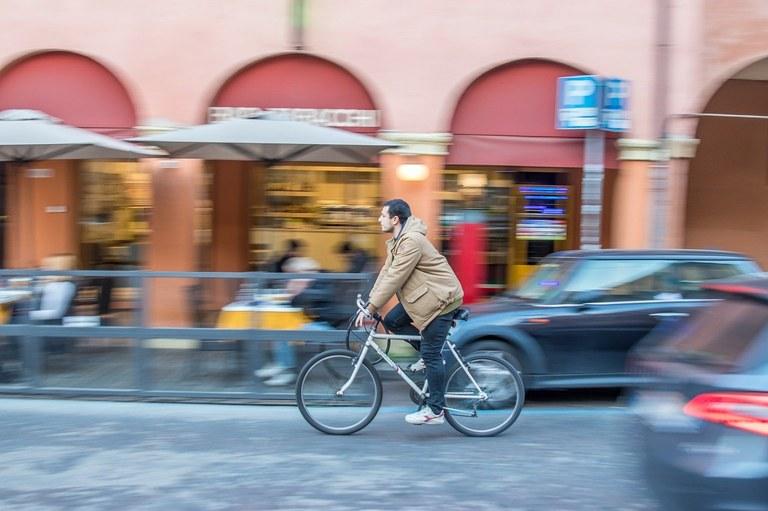 Pyöräilijä Bolognassa, kuva Stevan Aksentijevic.jpg